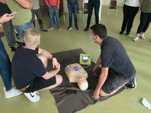 Bruch hat einen Defibrillator (AED)